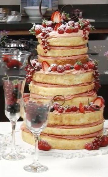 Hoje eu vou passar uma receitinha de Naked Cake de frutas vermelhas de três andares. Ele serve de 80 a 100 fatias.  O topo terá 3 discos com...