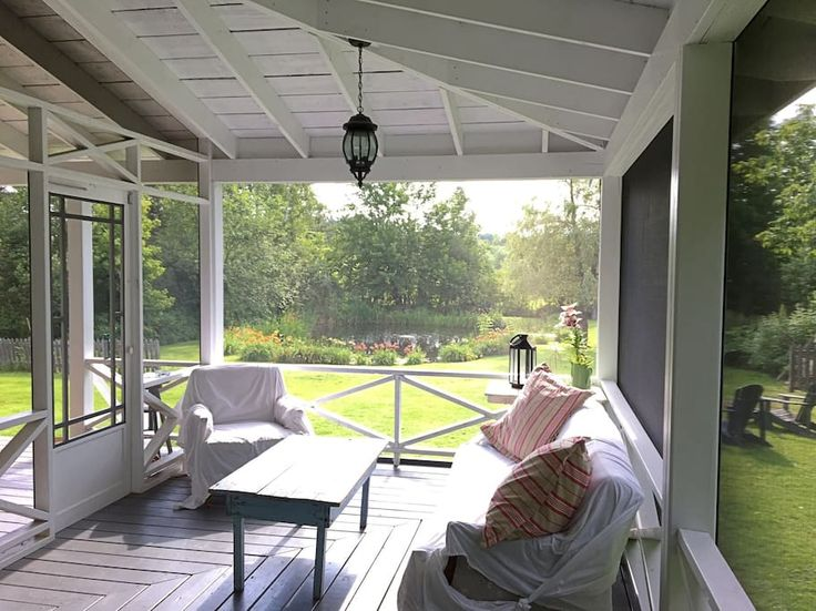 Logement entier à Knowlton, Canada. Charming 3 bed, 1 bath, village home with swimmable private pond.  Cottage is steps away from Marina Knowlton, Knowlton walking/bike path and has shared access to Brome Lake.  The screened in  porch with outdoor lounging & eating area will make co...