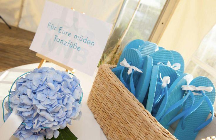 Design Hochzeiten by Nicole Seelbinder | Nadine & Norman I Flip Flops für die müden Tanzfüße türkis
