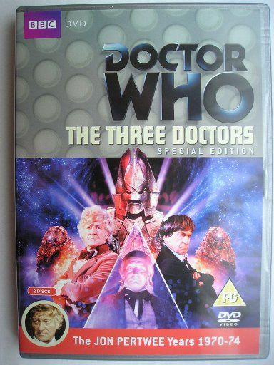 """""""The Three Doctors"""" è la prima avventura della decima stagione della serie classica di """"Doctor Who"""" trasmessa tra la fine del 1972 e l'inizio del 1973 con il Primo, Secondo e Terzo Dottore e Jo Grant. Segue """"The Time Monster"""" ed è composta da quattro parti, scritta da Bob Baker e Dave Martin e diretta da Lennie Mayne. Immagine dalla Special Edition britannica del DVD. Clicca per leggere una recensione di quest'avventura!"""