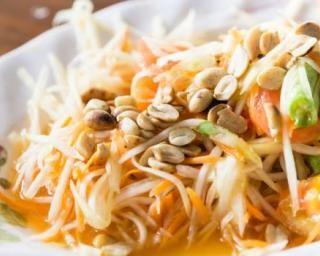 Salade thaïe de vermicelles, ciboules et cacahuètes : http://www.fourchette-et-bikini.fr/recettes/recettes-minceur/salade-thaie-de-vermicelles-ciboules-et-cacahuetes.html