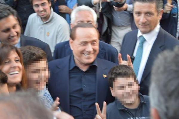 Foto con le corna: Berlusconi scherza con bambino di 11 anni a Rapallo