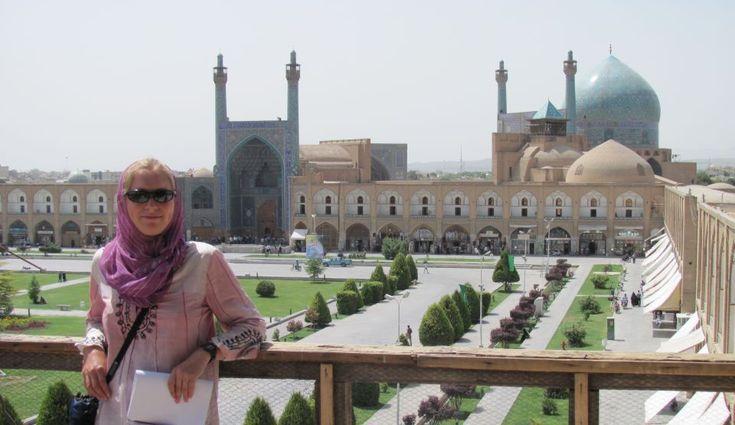 Iranul poate fi cea mai bună destinaţie de pe Pământ pentru cei cărora o călătorie le oferă cu atât mai multe satisfacţii cu cât este mai surprinzătoare. Cine doreşte să călătorească într-o zonă intermediară între Orient şi Occident, într-un loc exotic şi fascinant, dar cu toate comodităţile, poate vizita Iranul. Vechea Persie este fermecătoare, iar 'ospitalitatea este cea mai pură definiţie a persanilor', relatează cotidianul spaniol ABC.