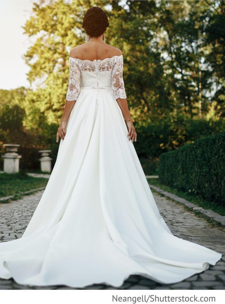 Braut im Kleid mit langer Schleppe für russische Hochzeiten