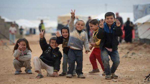 "Siswa Suriah kesulitan mendaftar di sekolah-sekolah Yordania  SURIAH (Arrahmah.com) - Kepala Pusat Hak Asasi Manusia ""Jozoor"" Fawzi Samhouri mengatakan bahwa para siswa Suriah mengalami kesulitan untuk mendaftar di sekolah-sekolah Yordania di negara yang menjadi tempat berlindung dari perang dan konflik di negara mereka. lansir Eldorar pada Ahad (23/10/2016).  Samhouri mengatakan dalam pertemuan di saluran berita Al-Ghad: Yordan mengenakan beban berat selama tahun-tahun terakhir sebagai…"