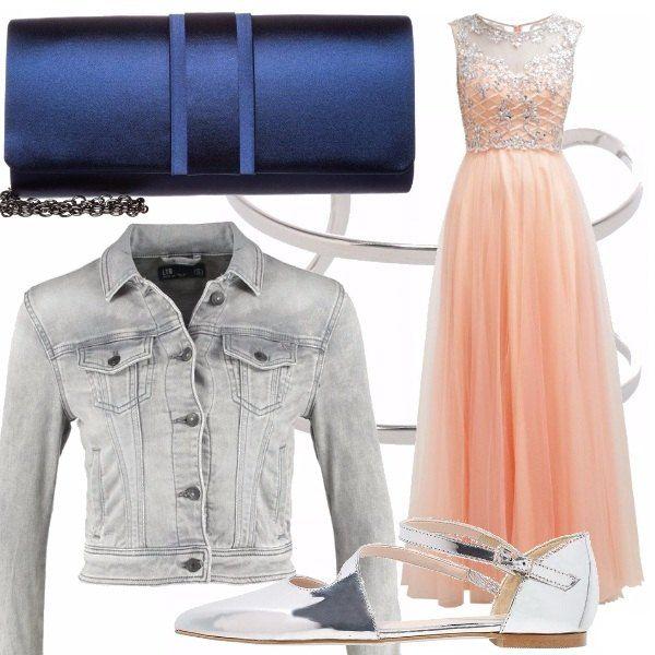 Il soffice color pesca rende l'abito ancor più setoso e morbido. I ricami d'argento lo impreziosiscono e si rispecchiano nel bracciale e nelle scarpette. Il jeans del giubbotto rende l'outfit più brioso. mentre una borsetta blu mezzanotte racconta di danze e di stelle.