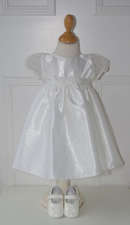 Supermooi jurkje voor de allerkleinste bruidsmeisjes, of als doopjurk. Het taillebandje is mooi versiert met bloemetjes, en de zachte tule heeft een spikkeltje. Trouwen, bruiloft, bruidskinderen, huwelijk, bruidsmeisje, doopkleding, doopjurk. bruidskindermode.nl