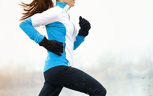 """IJzer is van nature aanwezig in ons lichaam en is verantwoordelijk voor het zuurstoftransport in ons bloed. Bovendien is ijzer nodig voor de aanmaak van rode bloedcellen. Bij zware fysieke inspanningen wordt er meer bloed naar de spieren gepompt om die van extra zuurstof te voorzien. Daarbij komt melkzuur vrij en kunnen je spieren """"verzuren"""". Zuurstof helpt om melkzuur in je spieren te verbranden. Om verzuring tegen te gaan, heeft je lichaam dus voldoende ijzer nodig."""