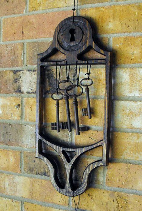 Настенное украшение-оберег из дерева и ключей.