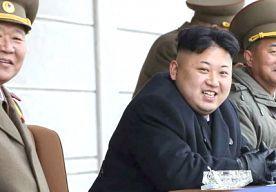 26-Mar-2014 13:37 - KOREANEN MOETEN AAN KIM JONG-UN-KAPSEL. Het Noord-Koreaanse kappergilde gaat een drukke tijd tegemoet. Volgens de Korea Times is er namelijk een nieuwe wet van kracht geworden, die iedere bewoner van het land verplicht hetzelfde kapsel te nemen als de almachtige leider van het land: Kim Jong-un. Opvallend is dat het kapsel van de grote god tot 2000 werd aangeduid als 'het Chinese smokkelaars-kapsel'. Tot die tijd was de manier waarop Jong-un zijn haar droeg dan ook...