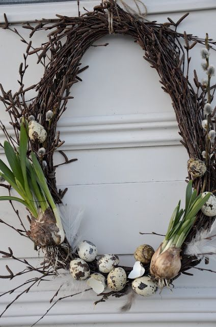 Wreath with spring bulbs.