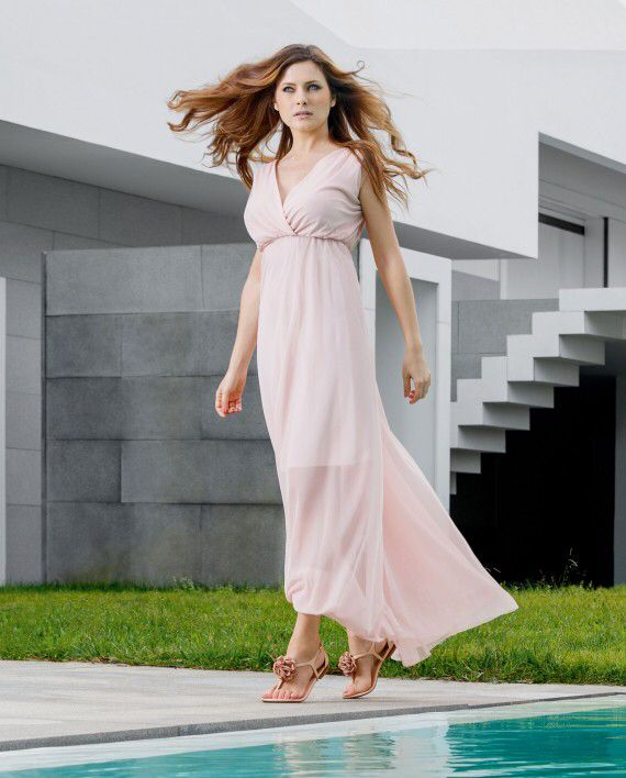 This nude flat sandal matches every summer outfit. The upper strap has a handmade flower that gives you a romantic look. Your feet will be happy and comfortable.  www.helsar.com/shop