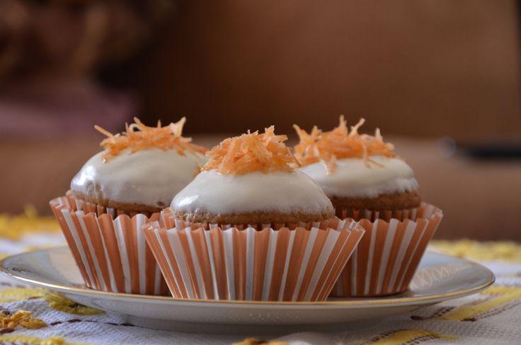 Ingrediente blat: 3-4 morcovi potriviti 300 grame de zahar 4 oua 200 ml de ulei de floarea soarelui 350-400 gramde de faina o lingurita de praf de copt jumatate de lingurita de bicarbonat de sodiu ...