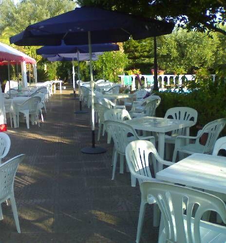 Noleggio sedie e tavoli di plastica, ombrelloni  p