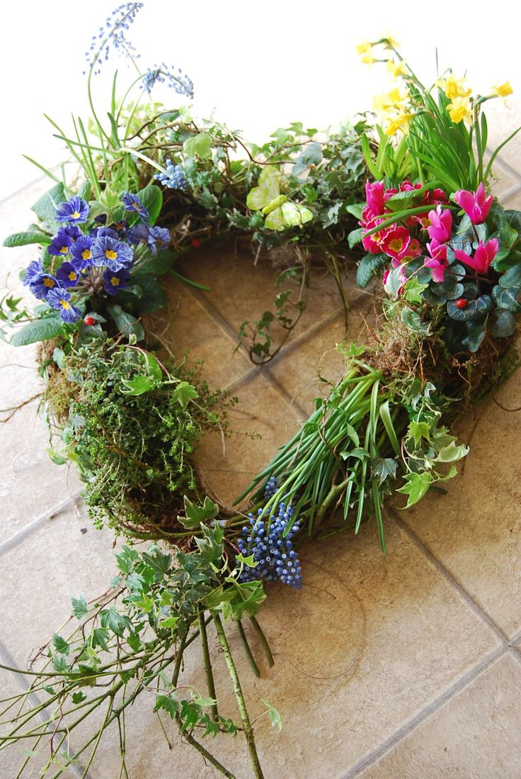 Bloemen vers uit de grond, bijvoorbeeld geplukt uit je eigen tuin | Vind meer inspiratie over een ecologische uitvaart op http://www.rememberme.nl/ecologische-uitvaart/