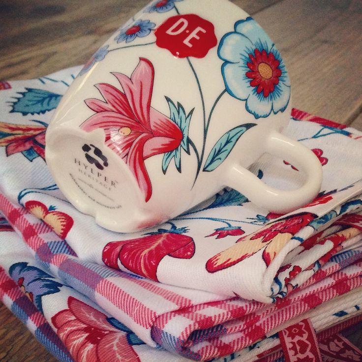Hylper theedoeken set + Hylper mok (gebloemd en geruit) - www.hylperheritage.nl #HylperHeritage #DouweEgberts #bloemen #ruiten #floral #checked #teatowels #towel #dishes #colorful #lifestyle #living  #hindeloopen