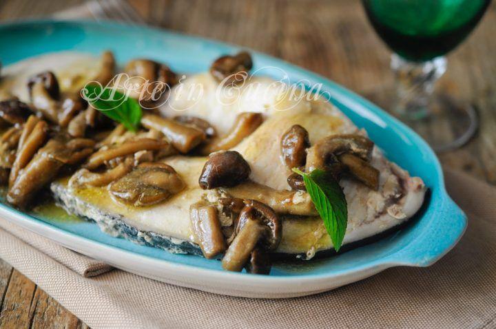 Pesce spada con funghi in padella al vino bianco, ricetta veloce, secondo di pesce per pranzo o cena, piatto saporito da preparare in poco tempo e senza forno