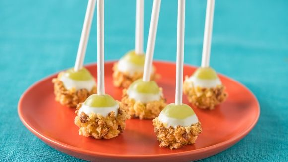 Grape Pops by us.envirokidz: Dipped in yogurt/honey and rolled in crushed cereal or nuts. #Snack #Grapes #Healthy