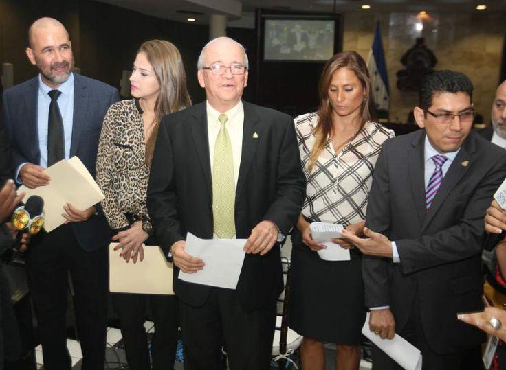 Honduras: Jaime Villegas demandará a los directivos del Partido Anticorrupción  El exmundialista dijo que la institución política queda fraccionada. El diputado junto a sus compañeros de bancada del PAC.