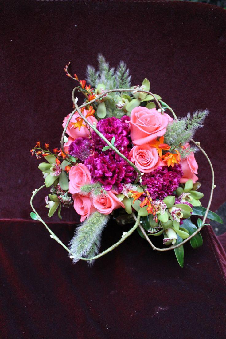 Bouquet de novia moderna. Paleta de color chic. Bodas Bogotá. Bride flowers. Rosas salmon.orquideas verdes. Kharisma floral