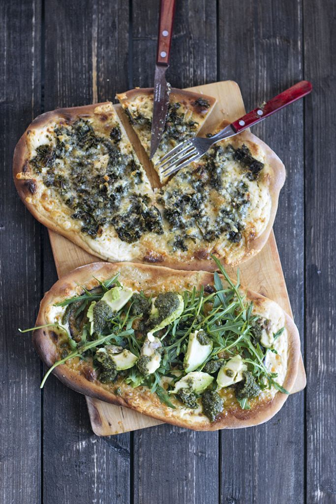 Easy Vegetarian Pizza with Avokado & Rocket salad and Green Pesto!