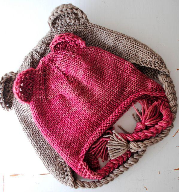 Bonnets rose et beige.