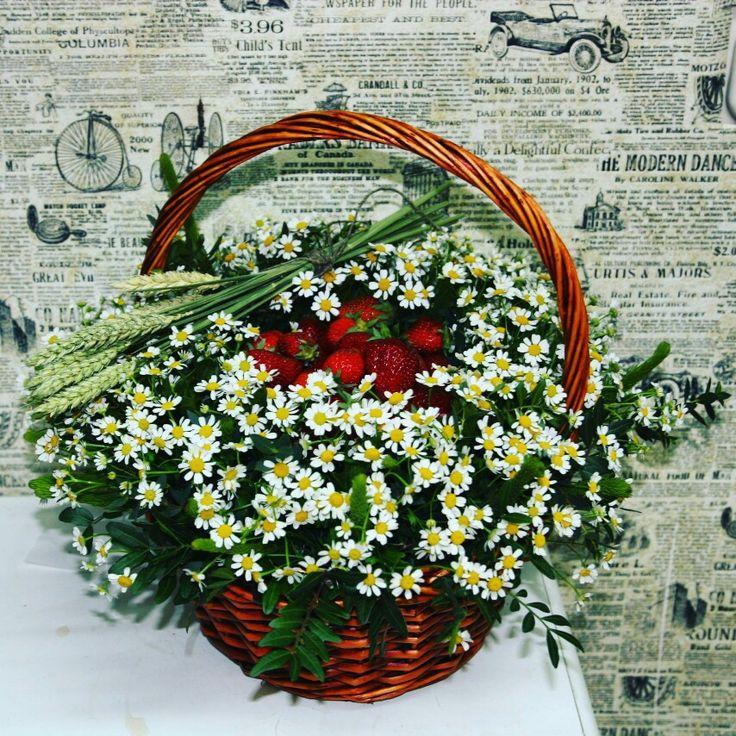 Корзина ромашек с клубникой. Вкусный цветочный подарок;)