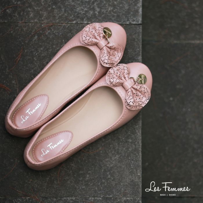 Nazifa, sepatu flat dengan ornamen laser cut pada pita dan aksen gold tone. Menambah penampilan kamu semakin girly, ladies. Detail sepatu : • Warna Pink & Hitam • Ukuran 35-41 • Harga 199,000  Order via : Website : www.lesfemmes.co.id LINE : lesfemmesbags SMS / WA : 081284789737 Email : care@lesfemmes.co.id  Happy shopping!  #shopping #shoes #ladies #women #lesfemmesindonesia