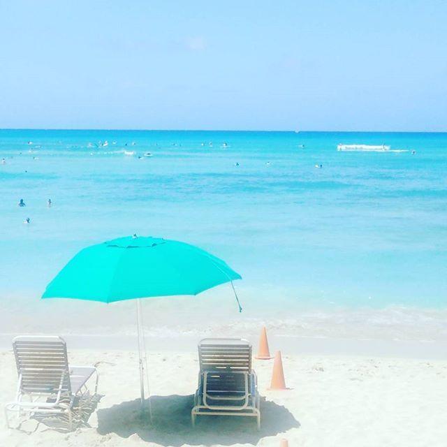【hawaii_703】さんのInstagramをピンしています。 《鮮やかすぎるブルーで目が痛い~! #青い空 #青い海 #青空 #眩しい #ビーチ #空 #海 #いい眺め #景色 #風景 #自然 #ワイキキ #ハワイ #癒される #リラックス #bluesky #bluesea #sky #beautifulbeach #niceview #landscape #beautifullocation #istock #hawaii》