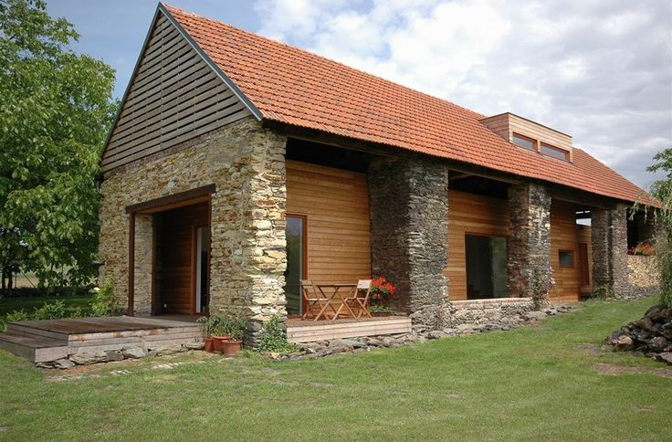 """Architekti přistoupili k rekonstrukci velmi neotřelým způsobem: stodola byla staticky zajištěna, zbavena všech přístavků a vyzdívek a """"obnažena"""" až na původní nosné kamenné jádro a dřevěný krov. Dovnitř pak vložili montovanou dřevostavbu, smontovanou ze sendvičových panelů K-Kontrol."""