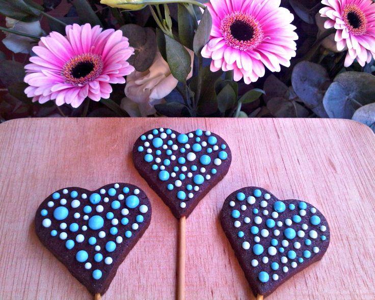 Corazones chocolate y decoradas con glasa
