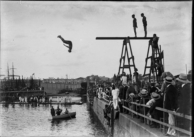 Competición de la natación organizada en la zona portuaria por el Club de Natación de Barcelona y Nacional de Natación de Bruselas y agua Club de Polo de 1913