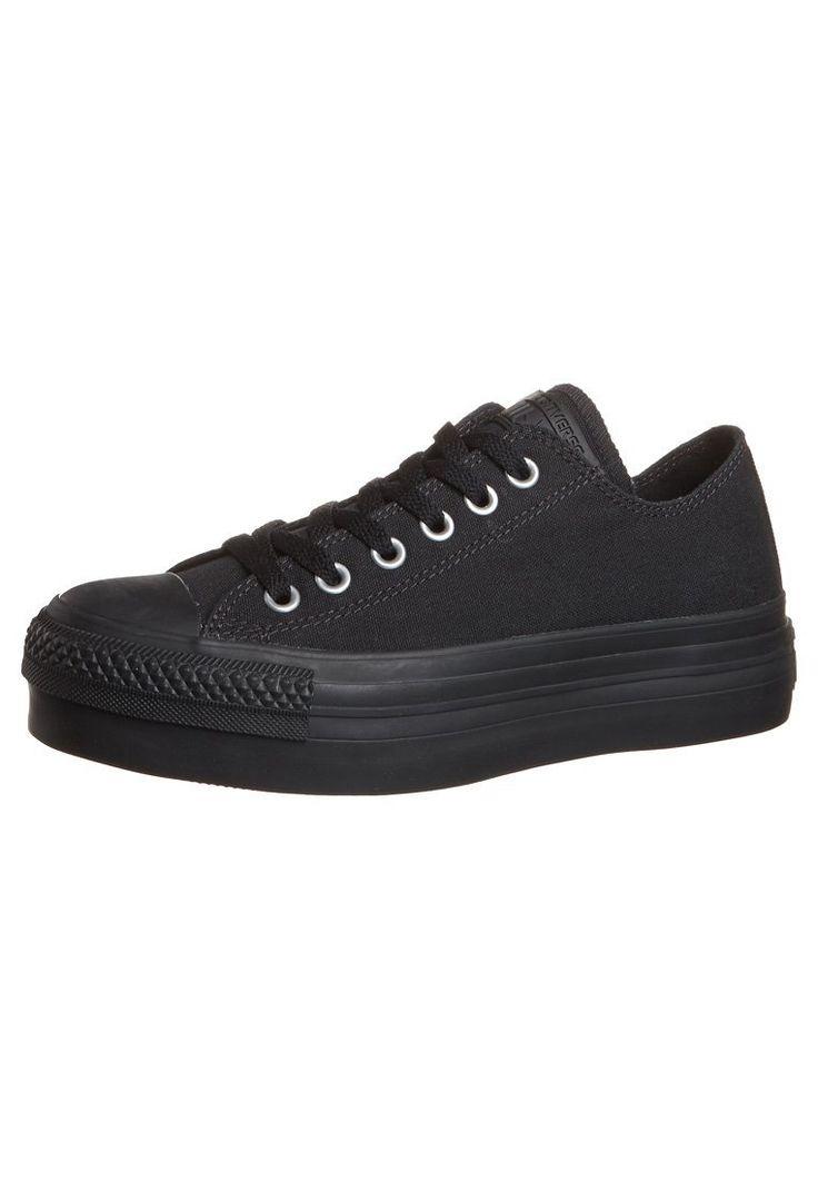 Converse lässt beim Designen ihrer Kult-Sneaker CHUCK TAYLOR ALL STAR wirklich keinen Trend aus. Dieses Mal überrascht der schwarze Low-Cut Schnürer mit einem angesagten Plateau unter der Sohle und ist somit auch für den Abend der passende Begleiter!