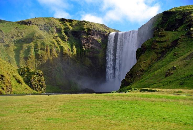 #Islande . Entre fjords et glaciers, étendues sauvages et mer glacée, les merveilles naturelles font de l'Islande une destination unique. D'une longueur de 54 km, le trek du Laugavegur relie le massif du Landmannalaugar à la vallée de Þórsmörk. A travers la réserve de Fjallabak et les plateaux volcaniques, les randonneurs découvriront une région où les paysages changent tous les jours : montagnes multicolores et glaciers immenses avant de finir dans la vallée de Thórsmörk…
