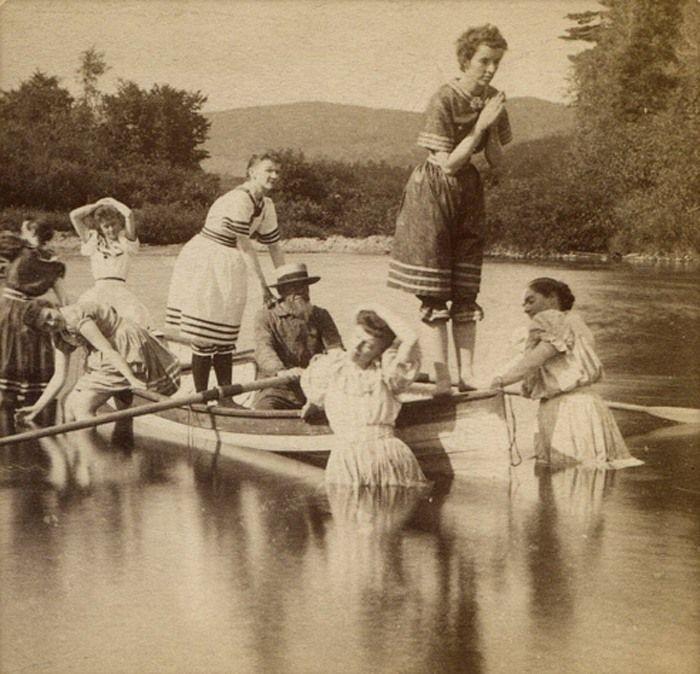 Grandpa escorts the women folk to the lake for an afternoon dip /  circa 1891 . El abuelo pasea con las niñas en el lago . Cerca de 1891 . . .