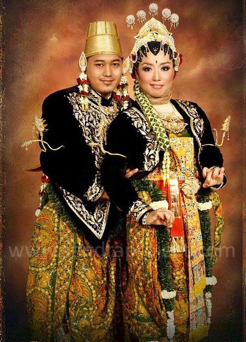 Pernikahan Adat Jawa Selly Dan Adit Di Yogyakarta: Tata Rias & Busana Pengantin