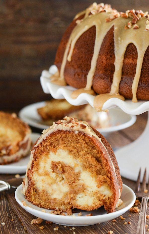 Süßkartoffel-Frischkäse-Napfkuchen mit Praline Frosting!  Der Suche nach einem eindrucksvollen Kuchen, den Sie zum Nachtisch oder Frühstück dienen kann?  Diese reichen, feuchten, Süßkartoffel gewürzt Kuchen mit süßer Sahne Käse gewirbelt und gekrönt mit einem Pecan Praline bereift.