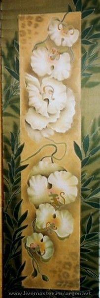 Купить или заказать Шарф-батик  'Белые орхидеи' в интернет-магазине на Ярмарке Мастеров. Шарф в китайском стиле. Нежные орхидеи на сдержанном фоне в песочно-болотной гамме. Техника - холодный батик.Красители закреплены, стирать можно. Ручная…