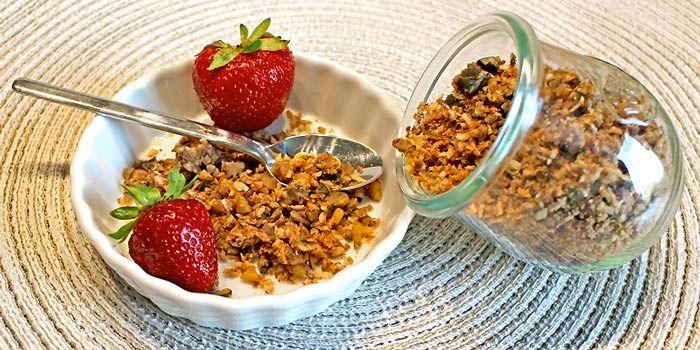 Das Low Carb Knuspermüsli mit Nüssen, Kernen und Kokosflocken ist eine leckere und kohlenhydratarme Alternative zum getreidehaltigen Müsli am Morgen und macht fit für den Tag.