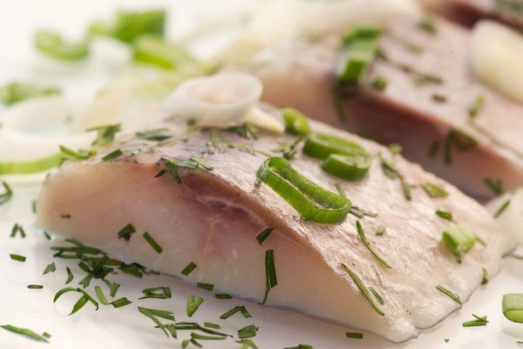 Быстро и вкусно посолить селедку можно в тузлуке или рассольным способом. Просоленная таким образом рыба уже через 24 часа будет иметь слабосоленый вкус и пряный аромат. Ее можно кушать с отварным картофелем, сдабривать маслом или уксусом, а также добавлять в салаты.