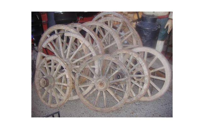 Ruedas de carretas antiguas. Decoración Estilo Campo para tu casa en www.alaMaula.com #Decoración #Hogar #Country #Campo #Tendencias