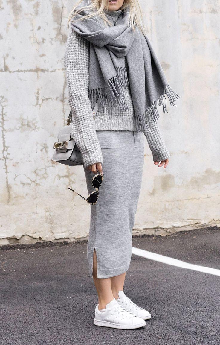 Look inverno todo cinza, com saia mid, boletom e cachecol com tênis branco