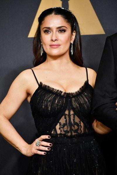 Мексикано-американская актриса Сальма Хайек посетила церемонию Оскар 2017 в откровенном наряде.Чтобы объявить очередного наминанта кинопремии, актриса вышла в откровенном   и достаточно привлекательном на