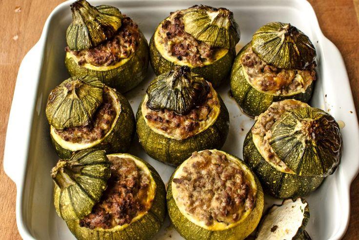 Ecco come preparare delle golose zucchine (tonde) ripiene con trito di carne, pan grattato, uova e prezzemolo.
