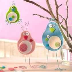 Schräger Vogel aus Filzplatten und Knöpfen Schräger Vogel aus Filzplatten und Knöpfen   Bei diesen Vögeln bekommt man das Schmunzeln schon beim Basteln nicht aus dem Gesicht - auch eine tolle Idee für Kindergeburtstage!