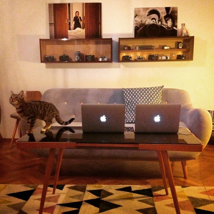 Living room - hipsta hole #hipstahole #hipstress #retro #vintage #photography #retrotable #couch #bonami #apple #photoshelves #photoshelf #pictures #carpet #geometric #design #homedesign #eclectic #livingroom