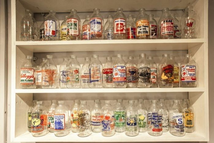 ...при этом выглядит кафе хлопьев со всего мира не как обычное бистро, куда забегают перед работой, а, скорее, как хипстерское место в стиле «ретро»: на стенах развешены картины и фигурки персонажей популярных в прошлом мультфильмов и комиксов, а на полках стоят молочные бутылки 20-го века.