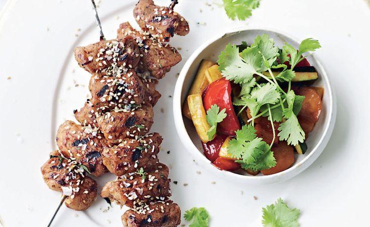 Den magre svinemørbrad har godt af en marinade med god smag. Spis spyddene med lynstegte grøntsager evt. blandet med kogte kinesiske nudler