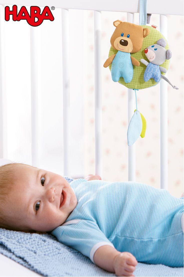 Die süße Spieluhr Kuschelfreunde (Artikelnummer 007167) hilft abends mit sanfter Melodie beim Einschlafen und bringt tagsüber mit einer zweiten Melodie gute Laune.
