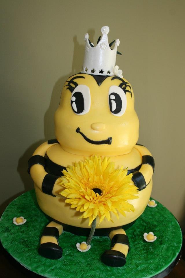 Queen S Birthday Cake Decorations : Queen bee cake! birthday ideas Pinterest Cakes, Bee ...